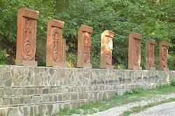 Название монастыря Сурб-Хач, изложено таблицами с резными крестами