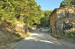 Центральний в'їзд на територію монастиря Сурб-Хач