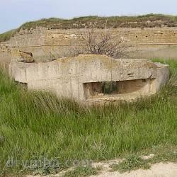 Разрушенный ДОТ и Арабатская крепость