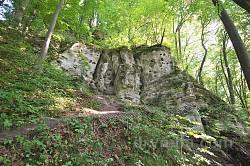 Скелі древнього городища з печерами у Ілові