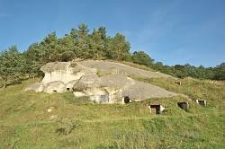 Дуброва. Скелі з печерами біля каменя-дірявця