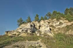 Дуброва. Перша група скель з печерами
