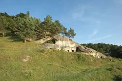 Дуброва. Група скель з печерами неподалік каменя