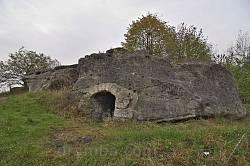 Скеля з печерою - австрійський спостережний пункт у роки Першої Світової