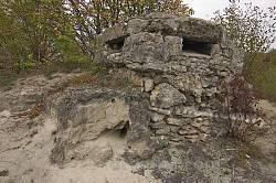 Скеля, спостережний пункт та печера