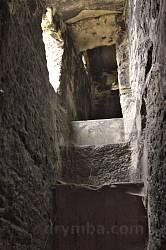 Хід нагору всередині скелі