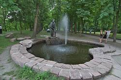 """Корсунь-Шевченківський парк. Фонтан та скульптура """"Ян і Наталка"""""""