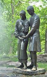 "Скульптура ""Ян і Наталка"" в парку садиби Лопухіних"