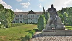Пам'ятник Т.Шевченку біля входу в садибу Лопухіних