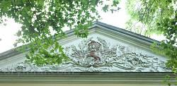 Палац Фредрів. Розкішне ліплення з родовим гербом