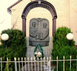 Пам'ятник Івану Франку і священику Василю Загаєвичу в селі Вовчухи