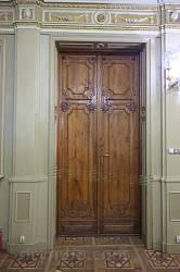 Старовинні різьблені двері