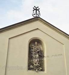 Фігура Богородиці та хрест на брамі