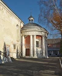 Костел кармелитов. Боковой фасад с часовней