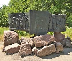 Корсунь. Стелла со скульптурами по мотивам произведений Шевченко.