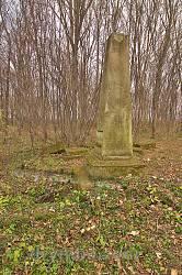 Заклад. Старий надгробок на цвинтарі