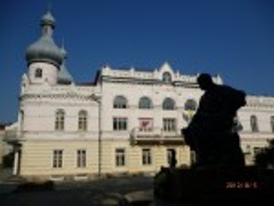 Борщів. Будівля Народного дому та пам'ятник Т.Г.Шевченку