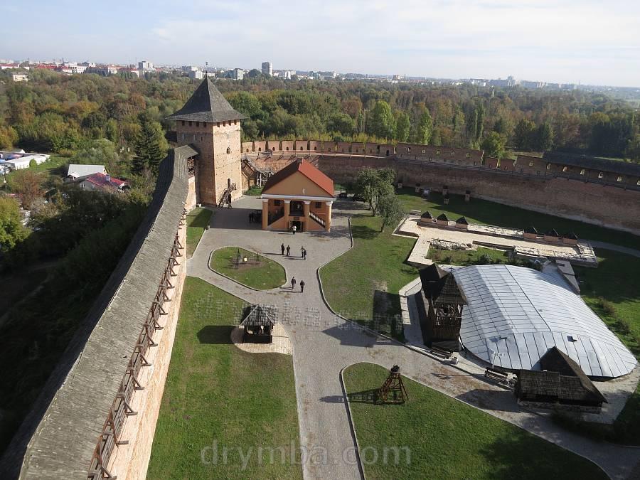 Луцький замок. Вид на подвір'я із в'їздової вежі