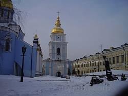 Вид на колокольню Михайловского монастыря со двора