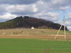 Гора Іспряча поблизу села Залужжя із церквою на вершині