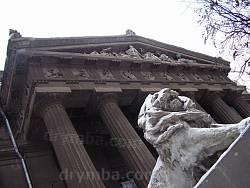 Лев перед порталом художественного музея