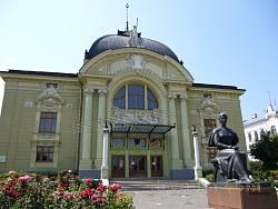 Чернівецький драмтеатр ім.О.Кобилянської та пам'ятник письменниці
