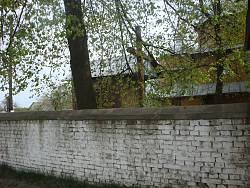 Цегляний мур навколо церкви