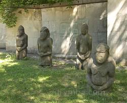 """Скіфські камяні """"баби"""" біля історичного музею у Дніпропетровську"""