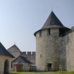 Замок у Хотині. Південно-західна башта та криниця