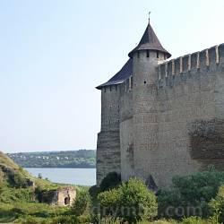 Хотинська фортеця. Комендантська башта. Зліва залишки Дністровської брами