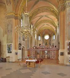 Вівтарна частина костелу кармелітів