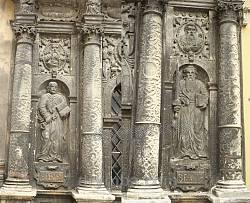 Святі апостоли Петро та Павло. Рельєф на фасаді каплиці Боїмів