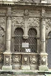 Каплиця Боїмів. Вікно на фасаді