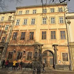 Палац латинських архієпископів на площі Ринок. Фасад