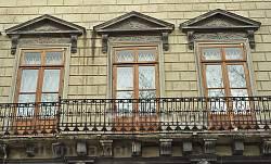 Палац Корнякта. Вікна другого поверху