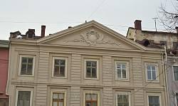 Дом Коритовского. Лепнина на фронтоне