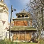 Ходорів. Дерев'яна дзвіниця біля церкви
