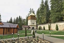 Двор монастыря и надвратная башня-колокольня