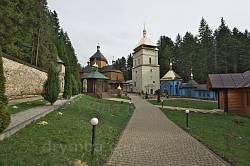Общий вид монастырского двора