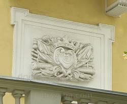Арсенал Сенявських. Герб на фасаді будівлі