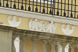 Оздоблення східного фасаду: орли з квітковими гірляндами