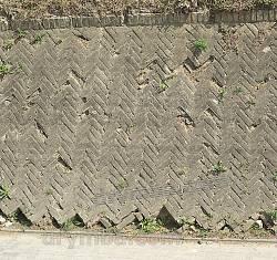 Підпірна стіна перед храмом