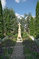 Поховання у дворі