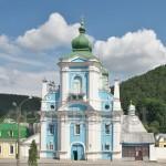 Кременец. Колокольня францисканского монастыря на фоне замка