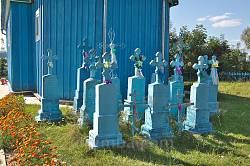 Старі надгробки біля храму