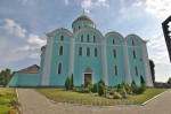 Бічний фасад собору. Вид від брами