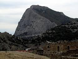 Гірський масив навколо фортеці