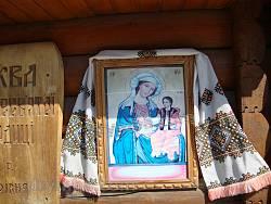 Ікона Богородиці при стежці до церкви