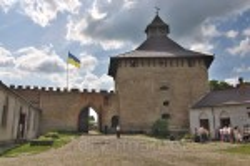 Меджибізька фортеця. Вид на Лицарську башту і браму з зсередини