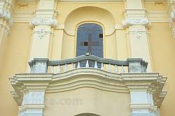 Балкон над порталом костелу